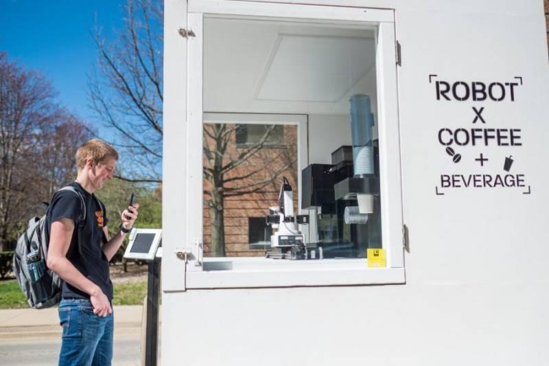 机器人手臂在大学社区里提供咖啡